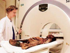 Científicos descubren que momia peruana de Mujer de Chancay guardaba en sus manos dos dientes de leche