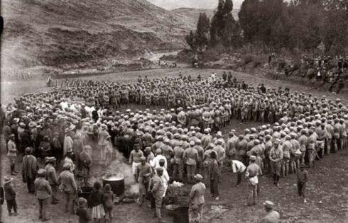 Martin-Chambi-Acampada-de-Militares-con-Capellan