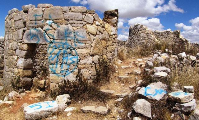 Jauja: Dañan complejo Tunanmarca con pintas con aerosol