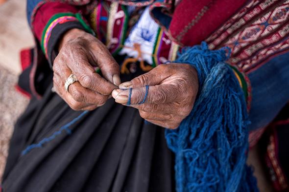Como tejedores envejecimiento pierden la destreza en sus manos, que todavía son capaces de ganar un hilado de lana ingresos a través de la Organización Weaving Chinchera.  (Fotografía de Erika Skogg)