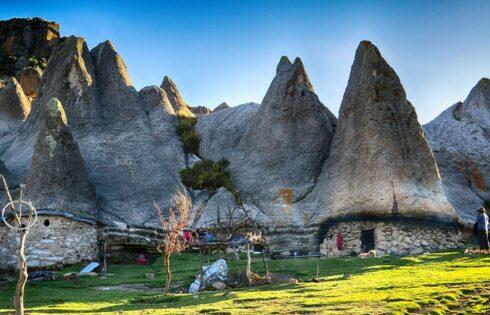 """En medio de la ladera, camino a Pampachari se divisa lo que parece el bosque piedras, al cual se le conoce como """"La casa de los pitufos"""", que es una formación rocosa que se asemeja a esas casitas en forma de hongo, pero en realidad este sitio es conocido como Ayamach'ay (La cueva de los muertos)."""